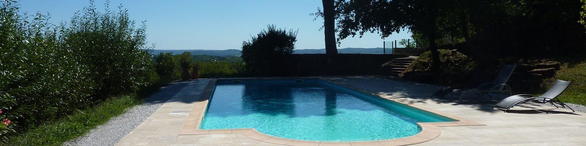 Piscine et bains de soleil au château de Marsac